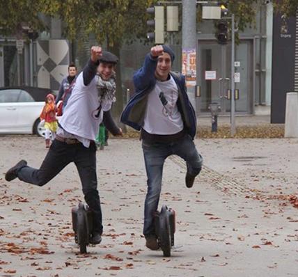 一天的枯燥生活之后,带上你的好基友一起骑上Airwheel平衡车出门刷街,听平衡车车轮碾过枯叶的声音,一个人犯二可能连自己都会嫌弃自己二,但是两个人一起就会变成一种畅快、双份的愉悦!好基友,一起二,一起嗨,人生得一基友或许真的足矣了!